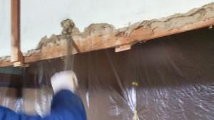 既存の壁を解体しています。
