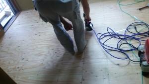 フローリングの下地を作っています。